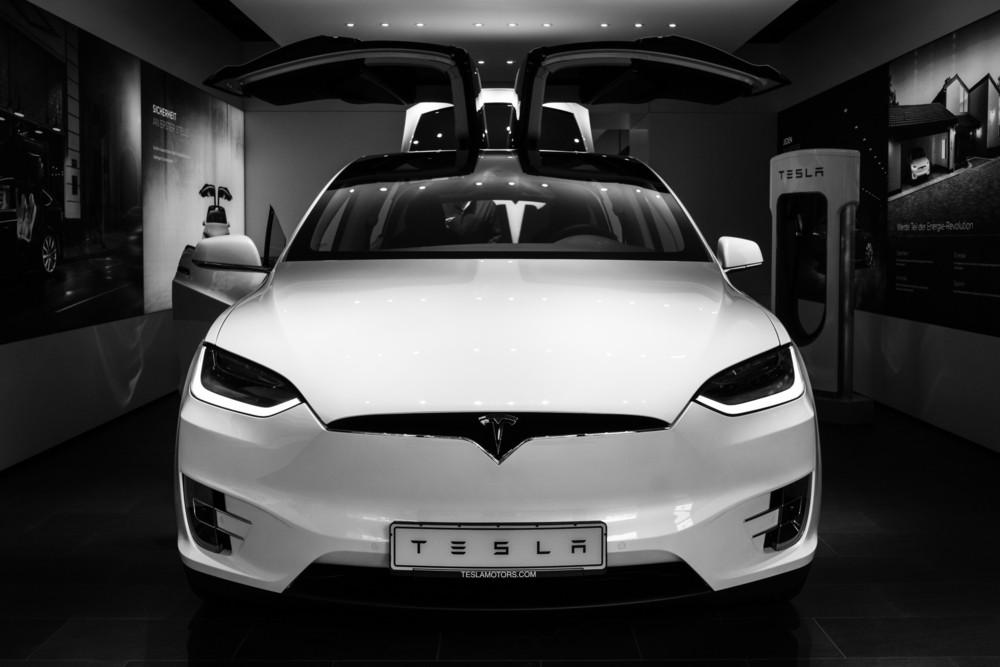 'Koop de nieuwe Tesla niet'